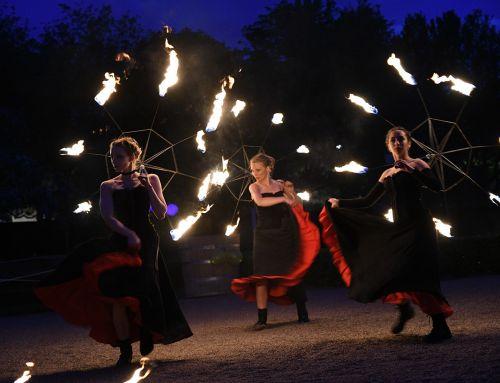 Eldshow med Moulin Rogue-tema i Linnéträdgården, Uppsala